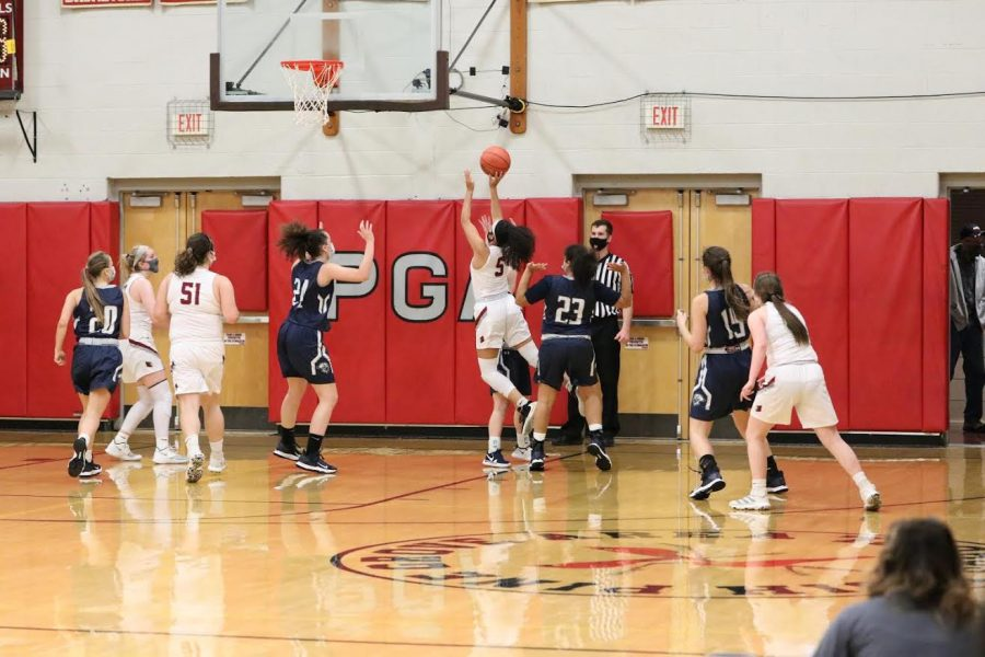 Mikaili+Donmoyer+runs+through+a+defender+to+attempt+a+layup.